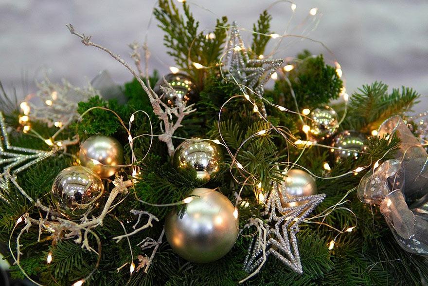 świecący stroik świąteczny