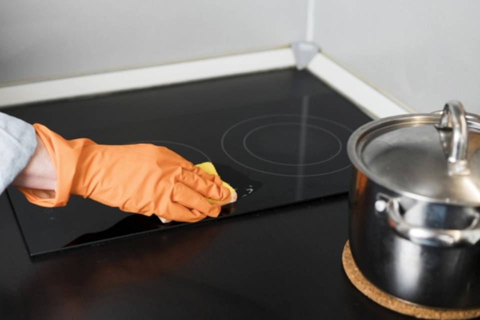 czym czyścić płytę kuchenki