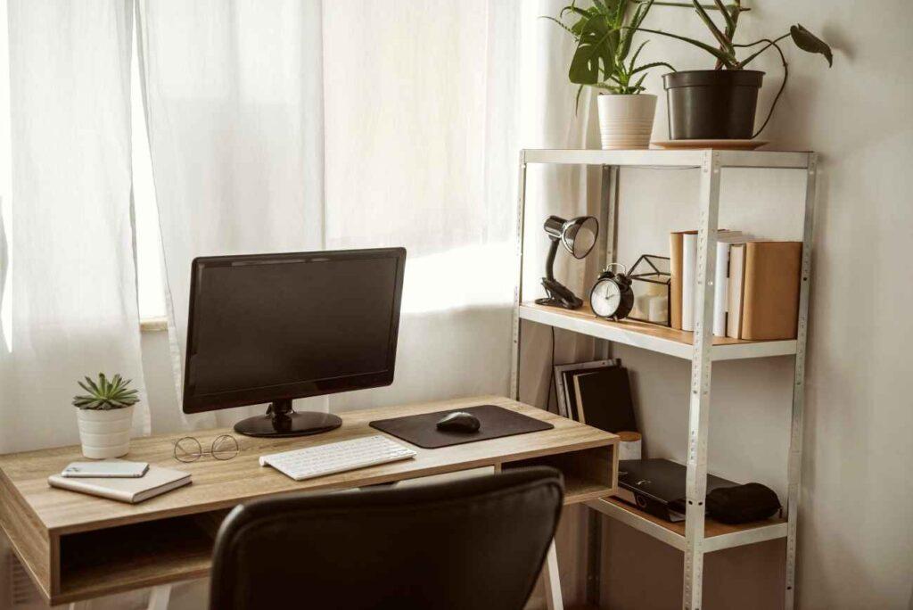 Jeśli biurko przed oknem to warto zainwestować w grube firany ograniczające widoczność