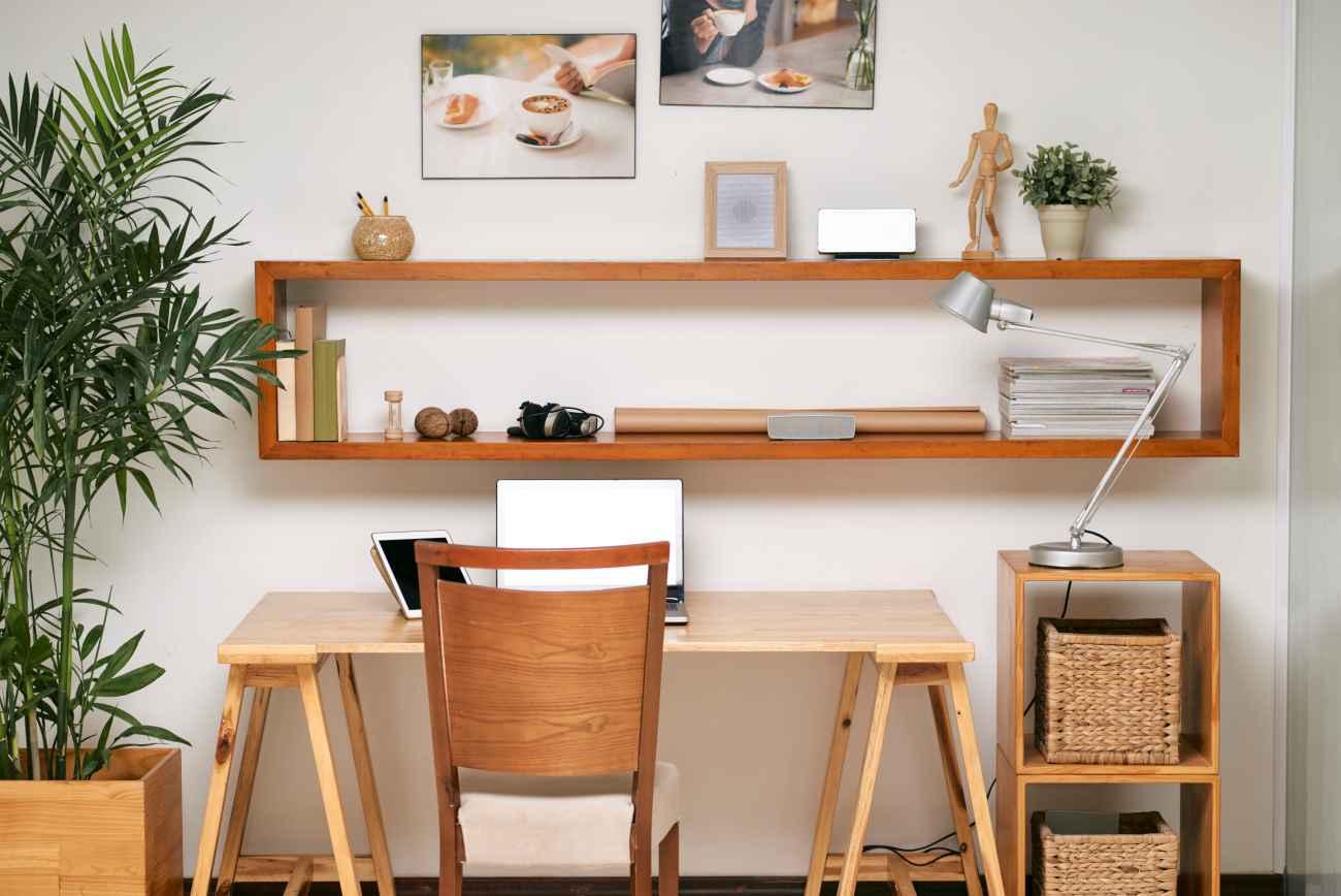 Półka nad biurkiem jest praktyczna