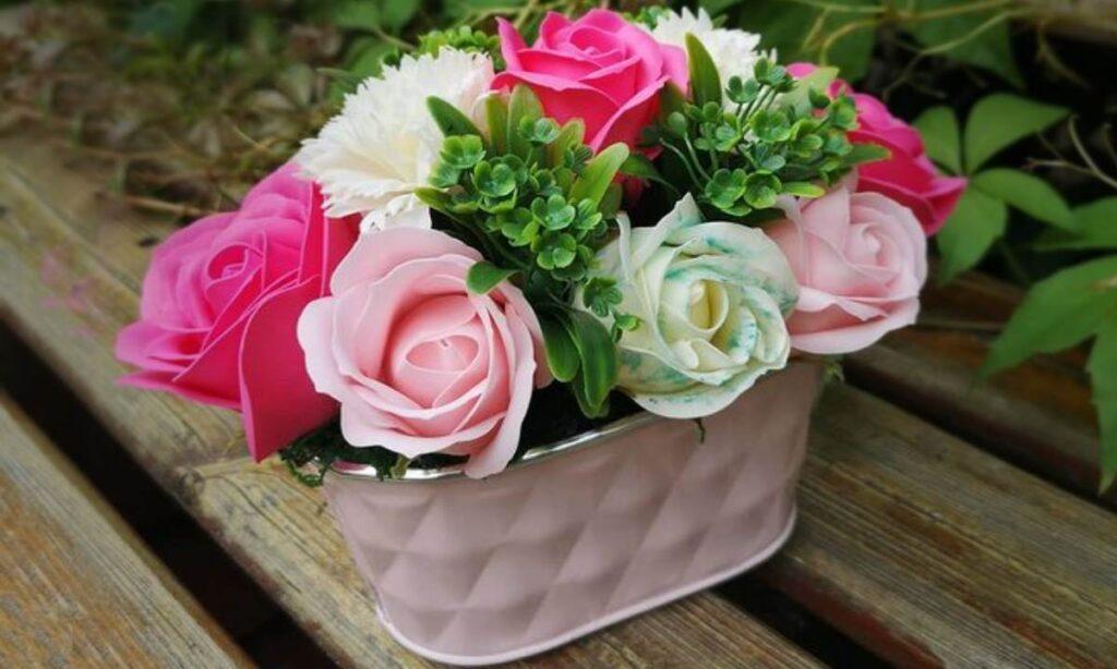 Widok wanienki z kwiatami w łazience z pewnością zachwyci domowników i gości