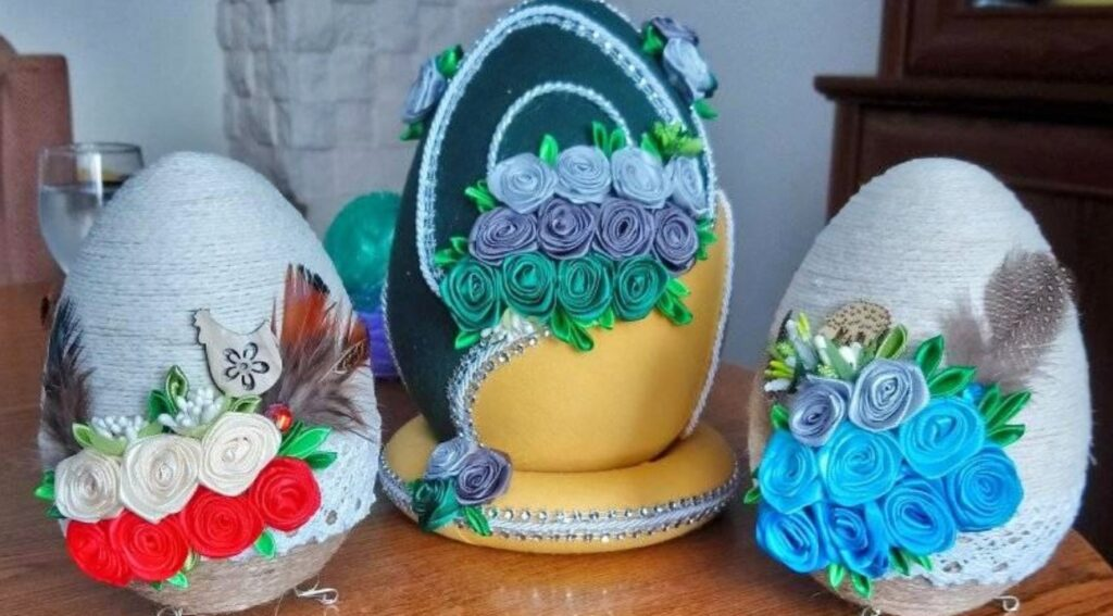 pisanki z tkaniny i dekoracji