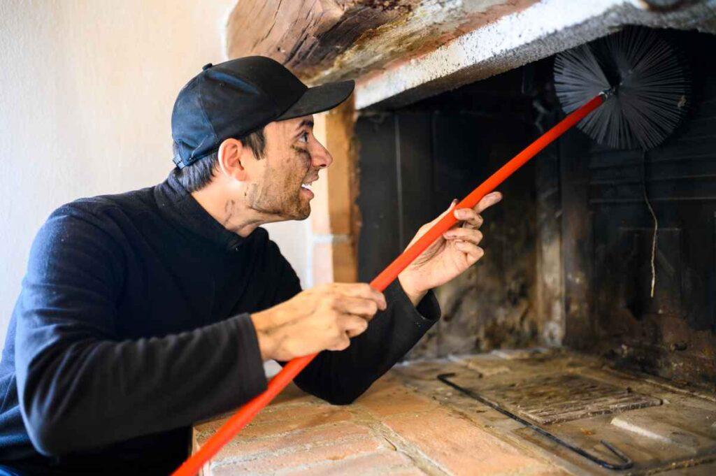 W zakres prac kominiarskich wchodzi czyszczenie pieców i kominków
