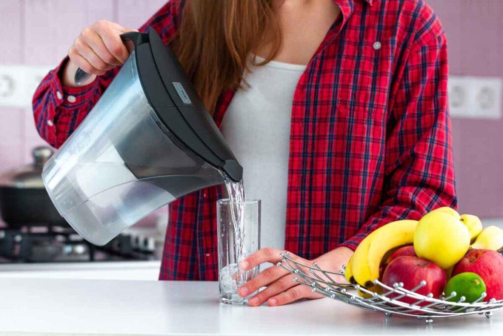 dzbanek filtrujący pozwala uzyskać wodę bezpośrednio zdatną do picia