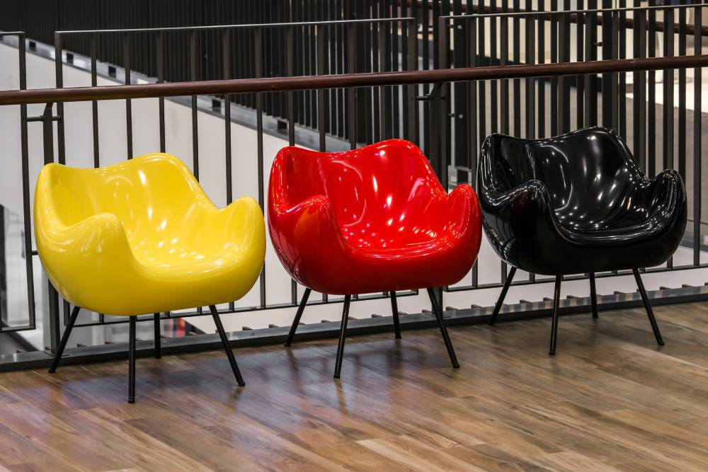 Kolorowe meble w przestrzeni publicznej